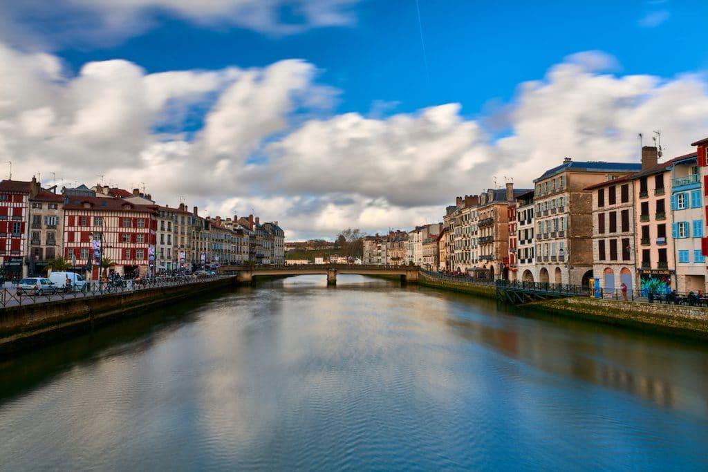 Reflets de la ville de Bayonne sur la rivière Adur