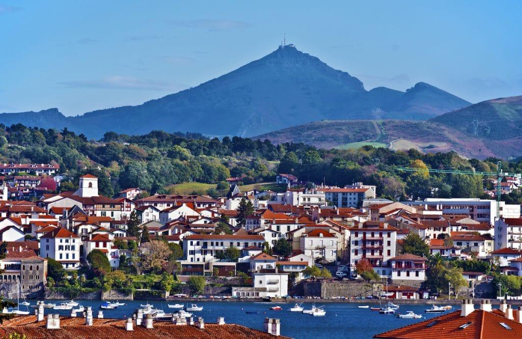 Paysage urbain de la ville frontalière française d'Hendaye avec la célèbre Rhune en arrière-plan.