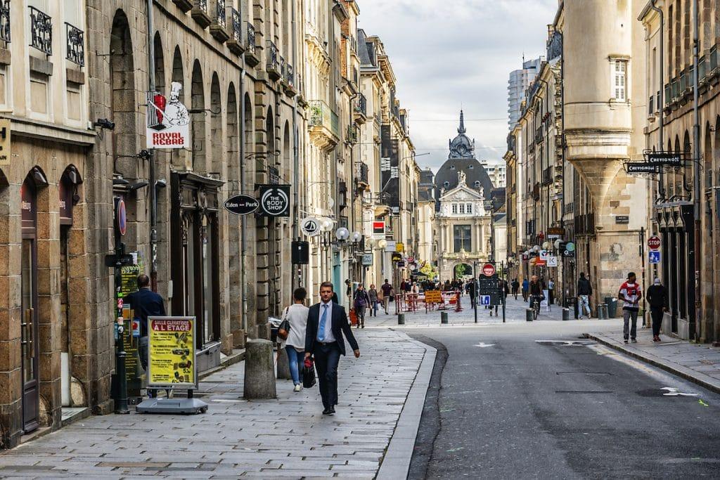 Passants dans une rue du centre de Rennes
