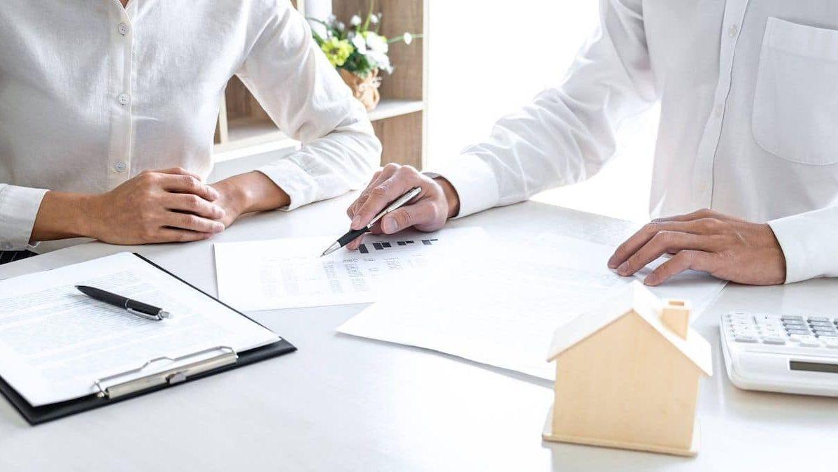 Négociation d'un emprunteur avec son banquier pour l'octroie d'un prêt immobilier.