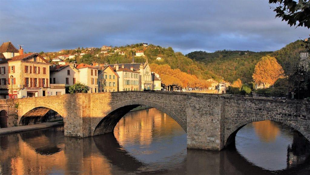 Villefranche-de-Rouergue et les rives de la rivière L'Aveyron